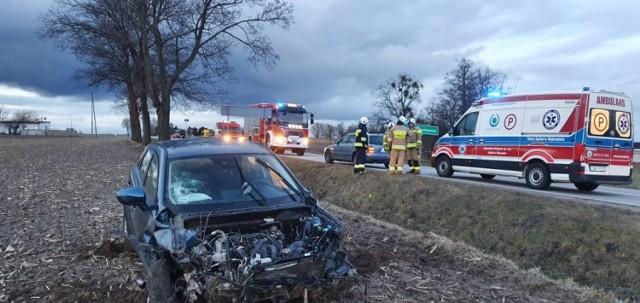 Pod Grudziądzem samochód uderzył w drzewo i wpadł na pole. Jego kierowca był kompletnie pijany