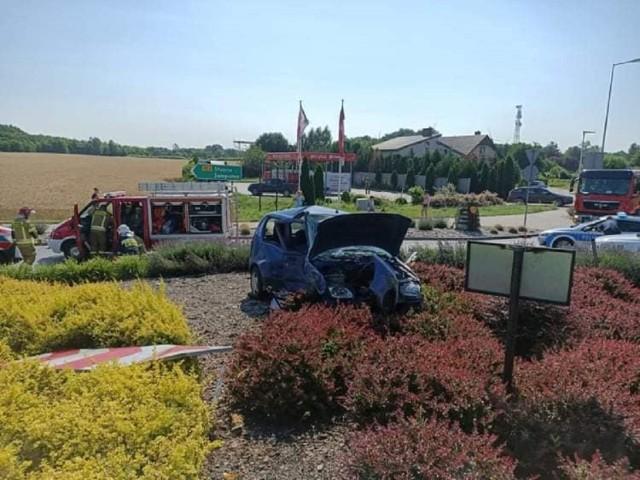 Po wypadku w Kleczewie jeden z samochodów znalazł się na środku ronda