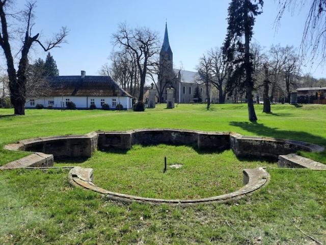 Pałac Rothenburgów znajdował się w Nietkowie. To 20 km od Zielonej Góry. Niestety niewiele po pałacu i parku krajobrazowym pozostało. Choć i tak te pozostałości są warte odwiedzin.