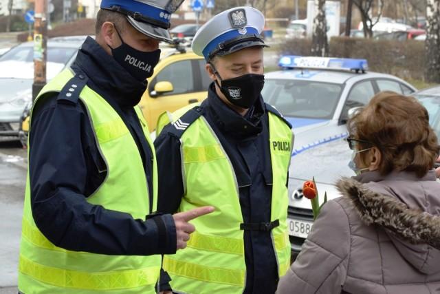 Artyści z Kabaretu Młodych Panów w Bielsku-Białej wzięli udział w akcji policji poświęconej bezpieczeństwu pieszych.