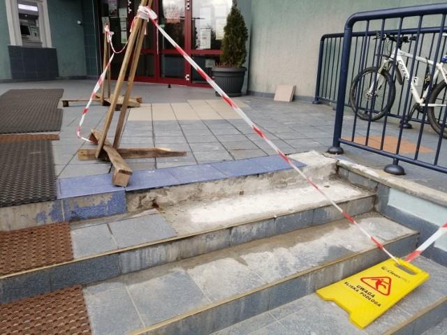 Ze schodów prowadzących do goleniowskiego magistratu znów odpadają kafle