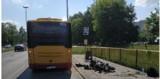 """Groźny wypadek na ul. Aleksandrowskiej w Łodzi. Motocyklista dosłownie """"wbił się"""" pod autobus!"""