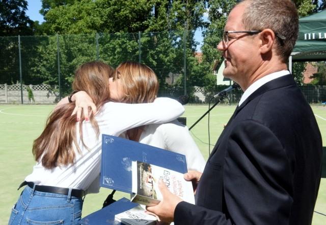 Pożegnanie maturzystów w III LO w Zielonej Górze. Absolwenci ogólniaka odebrali też zaświadczenia o wynikach matury