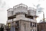 Niedokończona nadbudówka zamiast renowacji. Co stało się z przedwojenną kamienicą? [ZDJĘCIA]