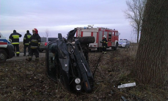 W sobotę 21 grudnia br. około godziny 13.30 na trasie Sępopol-Stopki 18-letni Igor K.,  nie posiadający prawa jazdy, mając prawie jeden promil alkoholu w organizmie, kierował osobowym bmw. W pewnym momencie, na prostym odcinku drogi mężczyzna stracił panowanie nad pojazdem. Zjechał z drogi na przeciwległy pas ruchu, dachował i uderzył w przydrożne drzewo.  Zobacz też: Tragiczny wypadek koło Mrągowa