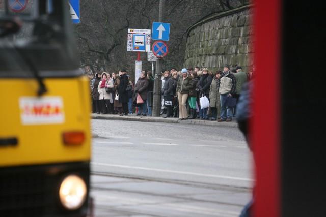 Od 7 listopada, od godz. 22.00 do 8 listopada, do godz. 20.00, po zamknięciu ul. Targowej pomiędzy ul. Kijowską i Białostocką zostaną wprowadzone zmiany w komunikacji.   Autobusy linii 120 i 169 (tylko w kierunku pętli Olesin i Bródno-Podgrodzie) pojadą objazdem ul. Targową, Zamoyskiego, Jagiellońską i al. Solidarności,   linii 125, 135, 166, 509, 517, N02 i N21 (tylko w kierunku pętli Pl. Hallera, Nowodwory,  Targówek, Metro Młociny i Dw. Centralny) - ul. Zamoyskiego, Jagiellońską i al. Solidarności,   linii 138 ul. Brzeską i Kijowską,   linii 156 - ul. Brzeską,   linii 162, N14 i N64 (tylko w kierunku pętli Targówek, Olesin i Choszczówka) – ul. Jagiellońską i al. Solidarności,   linii 170 - ul. Targową, Kijowską i Markowską,   509 (tylko w kierunku pętli Nowodwory),   linii N03 i N71 (tylko w kierunku pętli Nowodwory i Dw. Centralny) – ul. Lubelską, Zamoyskiego, Targową, Zamoyskiego, Jagiellońską i al. Solidarności,   N11 i N61 – ul. Markowska i Białostocką.