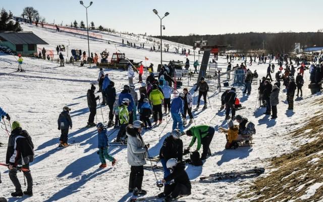 W niedzielę stok w Myślęcinku opanowali narciarze i snowboardziści oraz saneczkarze. Wszyscy się świetnie bawili.  No kolejnych stronach zdjęcia z szusowania. Proszę przesuwać za pomocą palca w smartfonie oraz za pomocą strzałek na ekranie komputera>>>