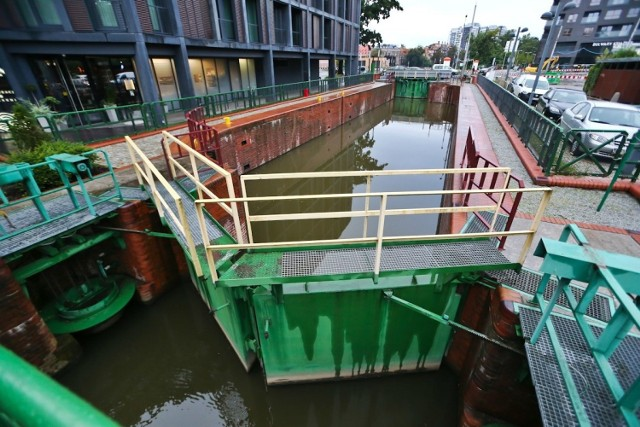 Śluza znajduje się pomiędzy Mostami Pomorskimi, nieopodal ulicy Księcia Witolda. Została wybudowana w latach 1792–1794 jako śluza drewniana, następnie została przebudowana, w latach 1874 - 1879, w nieco innymi miejscu jako murowana. Stanowi ona jeden z elementów stopnia wodnego, położonego w obrębie Śródmiejskiego Węzła Wodnego. W okresie powojennym zaprzestano użytkowania tego szlaku wodnego, a tym samym nie przeprowadzano niezbędnych napraw eksploatacyjnych i remontów. Dopiero w 2000 roku przeprowadzono gruntowny remont śluzy, umożliwiający oddanie jej do eksploatacji.