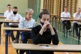 Egzamin ósmoklasisty Radomsko 2021 rozpoczęty. Uczniowie PSP 1 w Radomsku przed testem z j. polskiego [ZDJĘCIA]
