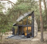 Pod Warszawą powstał domek do czytania książek. Bookworm Cabin to idealne miejsce do relaksu
