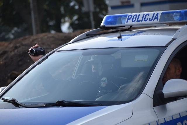 Uciekał przed policyjnym radiowozem autem, a potem pieszo