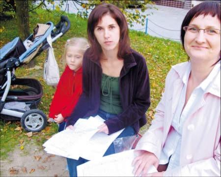 Urszula Michalska i Marzena Oleszczuk nie chcą, jak ich koleżanki, wozić dzieci na place zabaw do innych miast; foto: Edyta Szewczyk