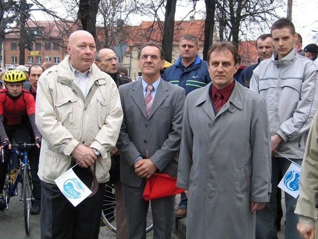 2005 r. Janusz Kierzkowski (z lewej) tuż przed startem wyścigu kolarskiego o puchar burmistrza Twardogóry. Obok Ryszard Szurkowski i Jan Dżugaj