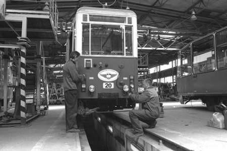 Sławomir Lity i Marcin Strzelecki przygotowują historyczny tramwaj.