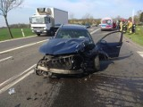 Wypadek na obwodnicy Brzegu. Volkswagen passat zderzył się z jeepem