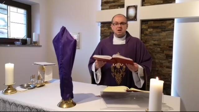 Ks. Bogusław Tokarz, wikariusz parafii w Niskowej, przebywa na kwarantannie. Msze i modlitwy transmituje w sieci