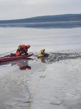 Ćwiczenia lodowe druhów z OSP Rozprza na Zalewie Cieszanowickim [ZDJĘCIA]