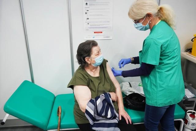 W poniedziałek, 25 stycznia ruszyły szczepienia dla seniorów na COVID-19. - Czekamy teraz na powrót do normalności - mówią.  Przejdź do kolejnego zdjęcia --->