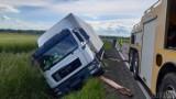 Wierzch. Ciężarówka wpadła do rowu na drodze krajowej nr 40 pomiędzy Kędzierznem-Koźlem a Prudnikiem