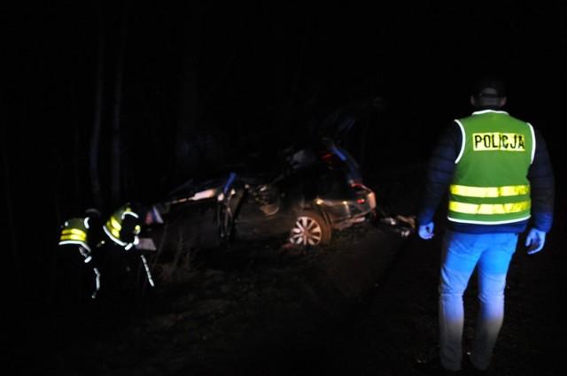 Wypadek: na trasie Śrem - Gaj dachowało auto. Dwie osoby w szpitalu