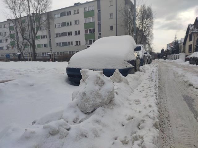 Zasypane osiedla i parkingi w częstochowskiej dzielnicy Tysiąclecie  Zobacz kolejne zdjęcia. Przesuwaj zdjęcia w prawo - naciśnij strzałkę lub przycisk NASTĘPNE