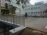 Radomski Szpital Specjalistyczny wyremontował kładkę do budynku głównego. Teraz jest nowa kostka zamiast spękanego betonu