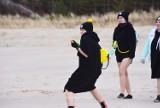 Wielkanoc w Bałtyku. Aktywne Morsy w Dębkach nie odpuściły okazji do kąpieli. Jak przystało na Lany poniedziałek, pojawiły się... sikawki