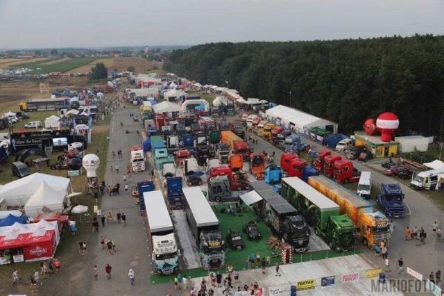 Zlot stuningowanych ciężarówek i innych pojazdów rozpoczął się na lotnisku pod Opolem.