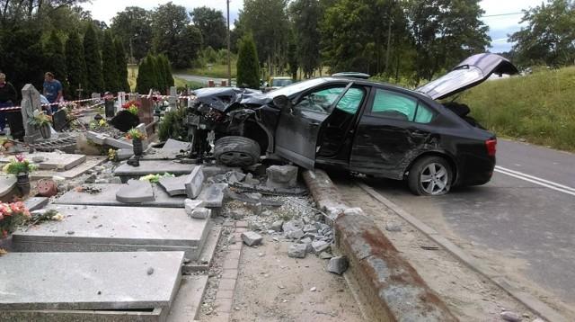 Do zdarzenia doszło w niedzielę, 1 lipca około południa w Niewieścinie w powiecie świeckim. - 34-letnia kierująca samochodem marki skoda, mieszkanka powiatu toruńskiego straciła panowanie nad pojazdem. Auto wypadło z łuku drogi - mówi sierż. szt. Joanna Tarkowska, oficer prasowy Komendy Powiatowej Policji w Świeciu.   Samochód staranował ogrodzenie cmentarza. - Uszkodzonych zostało kilkanaście nagrobków - dodaje sierż. szt. Tarkowska.  Dwie osoby, pasażerowie Skody zostały zabrane do szpitala, ale nie stwierdzono u nich poważniejszych obrażeń. Zdarzenie zakwalifikowane zostało jako kolizja. - Kierująca autem była trzeźwa - mówi policjantka.    Zwiedzanie Młynów Rothera na Wyspie Młyńskiej w Bydgoszczy