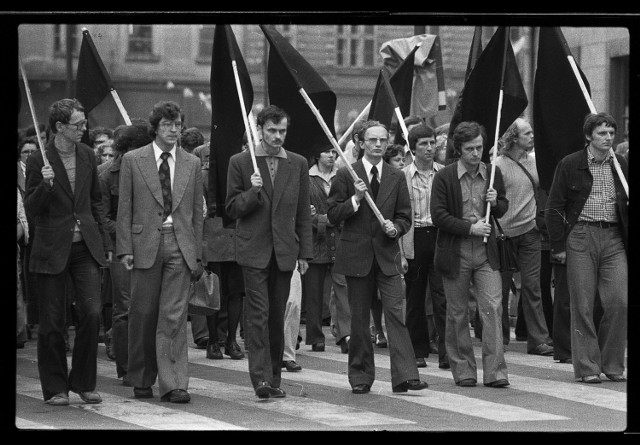 """""""Czarny marsz"""" przeszedł ulicami Krakowa 15 maja 1977 roku na znak protestu przeciw represjom komunistycznego aparatu terroru"""