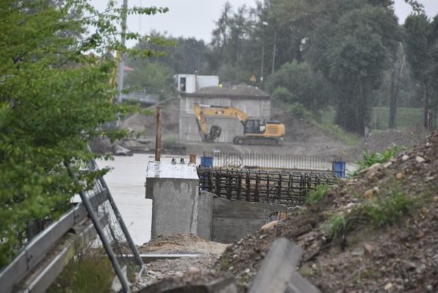 Prace przy budowie nowego mostu trzeba było na ponad tydzień przerwać, z powodu wysokiego poziomu wody w Dunajcu