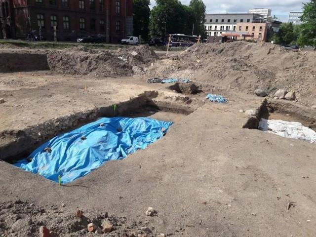 Budowlańcy zostali uprzedzeni, że w tym miejscu inwestycji napotkać mogą na ludzkie szczątki. I są do tego odpowiednio przygotowani.