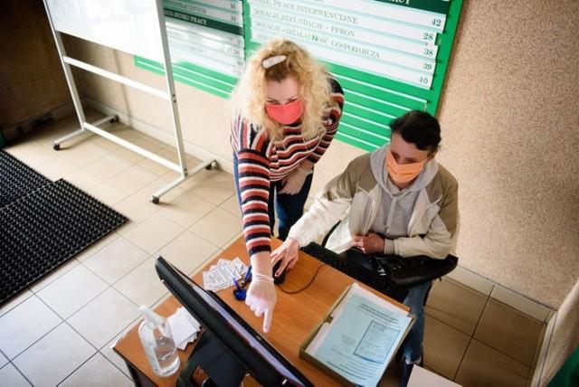 Rynek cały czas potrzebuje nowych pracowników. Firmy z Torunia i okolic poszukują fachowców. Potrzebne są osoby zarówno do pracy produkcyjnej jak i biurowej. Zobaczcie, gdzie można znaleźć pracę i ile można zarobić. Wszystkie oferty pochodzą z portalu praca.gov.pl.  Czytaj dalej. Przesuwaj zdjęcia w prawo - naciśnij strzałkę lub przycisk NASTĘPNE