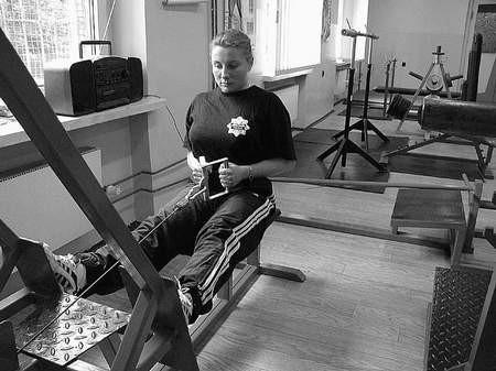 Agata Soczka podczas ćwiczeń na mięśnie klatki piersiowej i grzbietu w nowej siłowni.