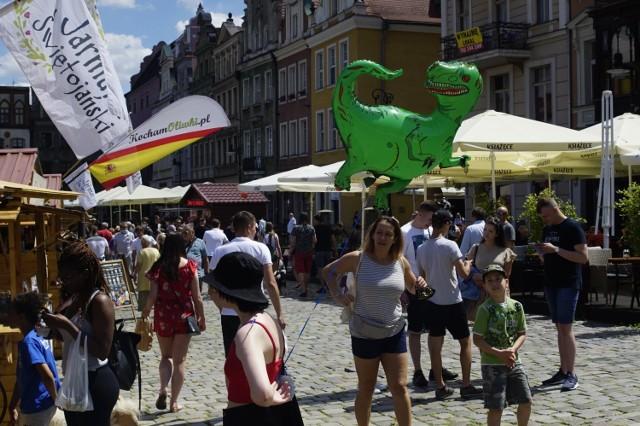 Podczas tegorocznego 45. Jarmarku Świętojańskiego w Poznaniu wszystko odbywa się z zachowaniem reżimu sanitarnego, dlatego mieszkańcy i turyści nie powinni bać się poznawania nowych smaków oraz oglądania i zakupów unikalnych wyrobów. Przejdź do kolejnego zdjęcia --->