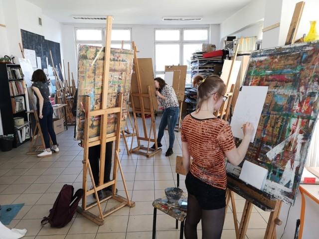 Zajęcia w Liceum Sztuk Plastycznych w Słupsku. Zdjęcie archiwalne.