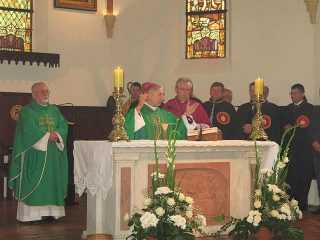 Ks. Florian Cieniuch był jednym z księży odprawiających mszę święta w 25-lecie żnińskiego samorządu. Było to we wrześniu 2005 roku. Ks. Cieniuch na zdjęciu stoi pierwszy z lewej.