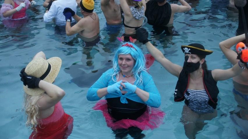 Karnawałowe morsowanie w Rybniku. Ponad 120 osób weszło do lodowate wody!