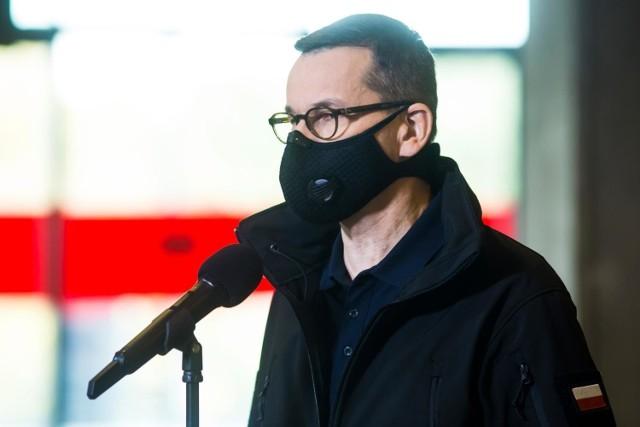 Morawiecki: Jeżeli epidemia dotknie powyżej 50 przypadków na 100 tys. mieszkańców na 7 dni w skali kraju, to włączamy ten ostry hamulec bezpieczeństwa. Jeśli będzie w granicy 70-75 to wdrożymy zasady narodowej kwarantanny, czyli również ograniczenia w przemieszczaniu.