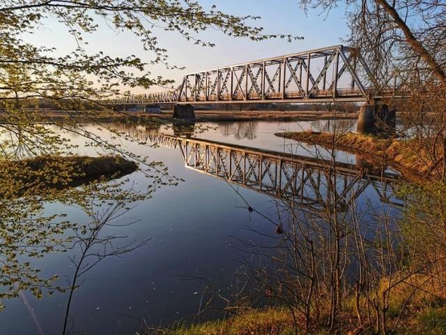 Nad Odrą jest pięknie. Zanim zagospodarowane zostaną przystanie w Bobrownikach i Starej Wsi turystów cieszy inna atrakcja. Niedaleko Nowej Soli w Stanach jest dawny most kolejowy zamieniony w ścieżkę rowerową.