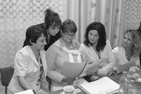 Joanna Rodak, Anita Ziółkowska, Paulina Ochenduszko-Szostak, Gabriela Sobania i Edyta Kapuścik uważnie czytają programowe założenia.