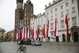 Kraków. Budynki, ulice, place i pojazdy udekorowano biało-czerwonymi flagami [ZDJĘCIA]