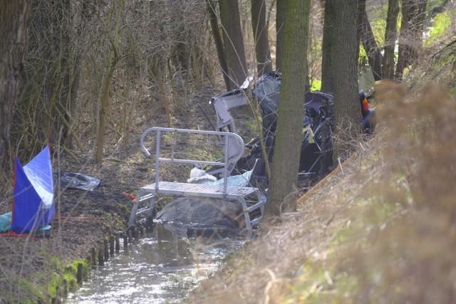 Do tragicznego wypadku doszło w czwartek po godzinie 14 na ulicy Nieszawskiej w Toruniu.   Polecamy: Wypadek na Nieszawskiej w Toruniu. Kierowca BMW z zarzutem spowodowania śmiertelnego wypadku [NOWE FAKTY, ZDJĘCIA]  Ze wstępnych ustaleń policji wynika, że w jednoślad uderzyło bmw jadące od strony Małej Nieszawki.   Zobacz także: Śmiertelny wypadek w Zawałach koło Torunia [AKTUALIZACJA, ZDJĘCIA]  Rowerzysta poruszał się natomiast ścieżką dla rowerów oddzieloną od jezdni między innymi krawężnikiem. Na razie nie wiadomo, w jaki sposób i dlaczego auto znalazło się na drodze przeznaczonej dla rowerów.  Po zderzeniu z rowerzystą samochód wpadł do rowu. A aucie znajdowały się dwie osoby: mężczyzna i kobieta. Obie trafiły do szpitala.   Zobacz także: Wypadek w Osieku nad Wisłą. Na trasie z Obrowa dachował samochód [ZDJĘCIA]  Droga jest tam zablokowana. Policjanci zbierają dowody, które mają wyjaśnić przyczyny i okoliczności tej tragedii.  Więcej informacji i zdjęcia z wypadku wkrótce.