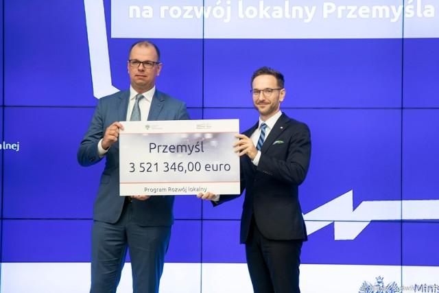 Miasto Przemyśl otrzymało 3,5 euro wsparcia z Funduszy norweskich, Nz. wiceminister Ministerstwa Funduszy i Polityki Regionalnej Waldemar Buda (z prawej) i prezydent Przemyśla Wojciech Bakun.