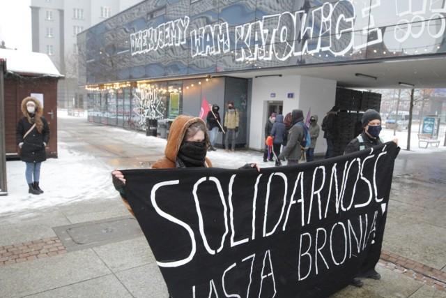 Protest kobiet w Katowicach, 7 lutego 2021.  Zobacz kolejne zdjęcia. Przesuwaj zdjęcia w prawo - naciśnij strzałkę lub przycisk NASTĘPNE