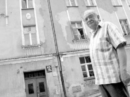Marek Karp jest zaniepokojony tym, że przez nieudolnego zarządcę niszczeje budynek, w którym mieszka. FOT. ROMUALD PIELA