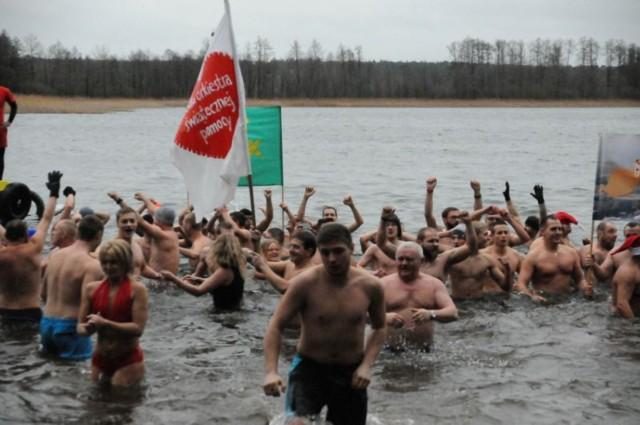 WOŚP 2015 - kąpiel morsów w Brzedni. Z okazji 23 Finału Wielkiej Orkiestry Świątecznej Pomocy, 10 stycznia 2015 kąpały się morsy ze Śremu, Leszna czy Gostynia.