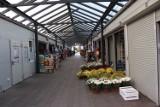 Pusto na targowisku w Krośnie Odrzańskim. Trwająca pandemia koronawirusa nie pomaga sprzedawcom na krośnieńskim rynku