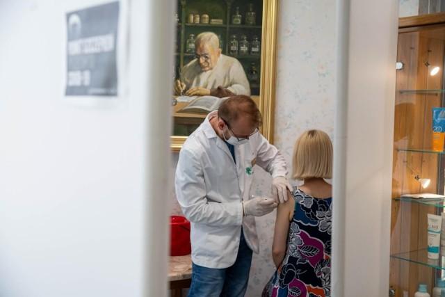 Od kilku tygodni w Polsce możemy się zaszczepić przeciwko koronawirusowi również w aptece
