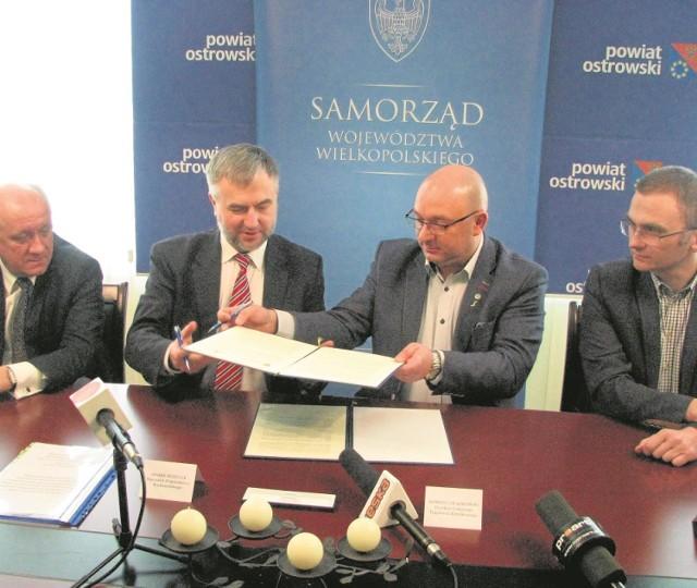 Umowę podpisano  w ostrowskim starostwie